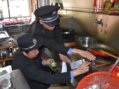 湘桥区开展牌坊街无证食品经营单位整治行动--查封6家无证单位
