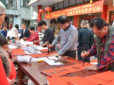 湘桥区开展公益文明实践服务活动--写春联送全家福  贴心服务受欢迎